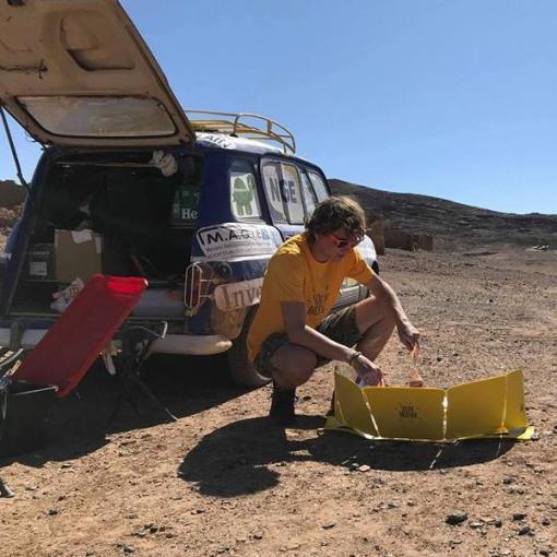 Four solaire dans le désert